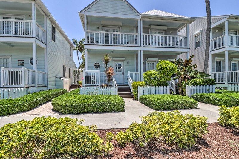 Waterfront Resort Villa w/ Private Plunge Pool!, location de vacances à Conch Key