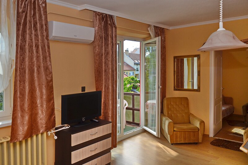 Sunbeam 3-Bed Apartment in Eger, alquiler vacacional en Eger