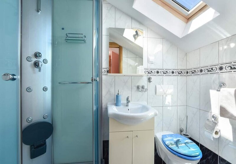 H(8+4): bathroom with toilet