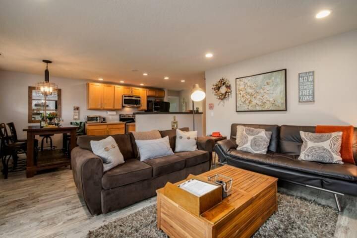 Perfect Portland Location, Tiki Backyard Layout /w Fire-pit, Open Floor Plan, 6, holiday rental in Portland