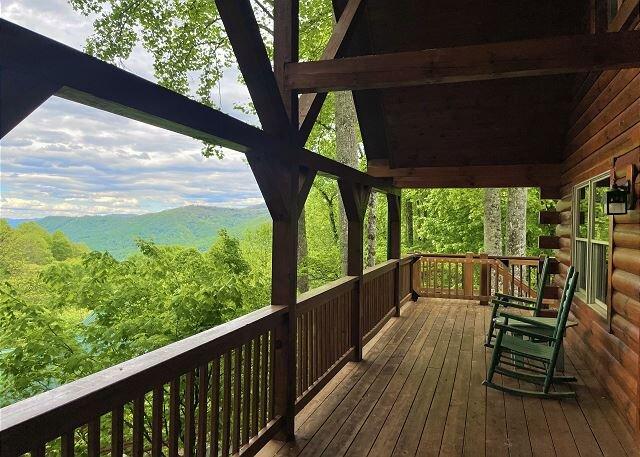 2 Bedroom Loft 2 Bath Cozy Cabin, Private, Views,Porch, WIFI, Hot Tub Firepit, location de vacances à Maggie Valley