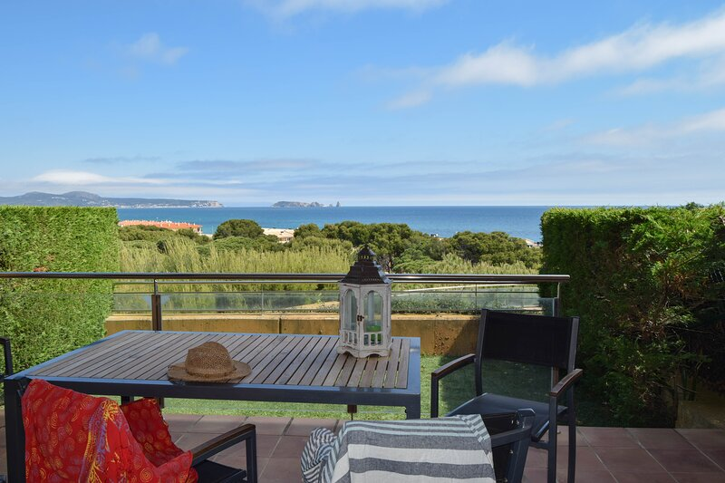 Apartment Sea Views. A/C. Capacity 4 people.Private garden. Wifi. Parquing., holiday rental in Platja de Sa Riera