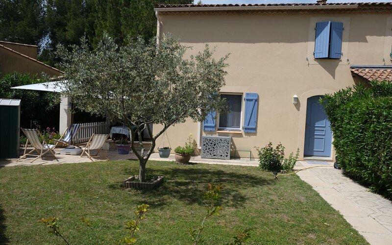 LS1-378 Gite dans Résidence de vacances avec piscine et tennis, Mouriès, vacation rental in Saint-Martin-de-Crau