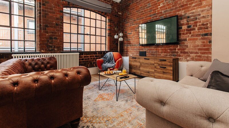 CLASSIC INDUSTRIAL HOUSE w/ FREE PARKING+SPA BATH, holiday rental in West Bromwich