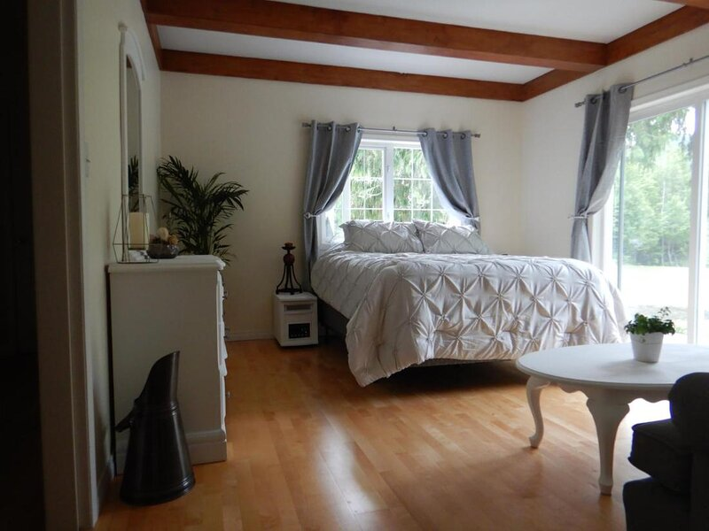 Eagle River Bed and Breakfast - Queen room, holiday rental in Sicamous