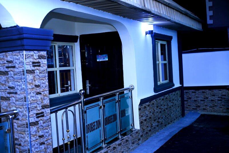 The Lukes Apartment in Benin City, casa vacanza a Benin City