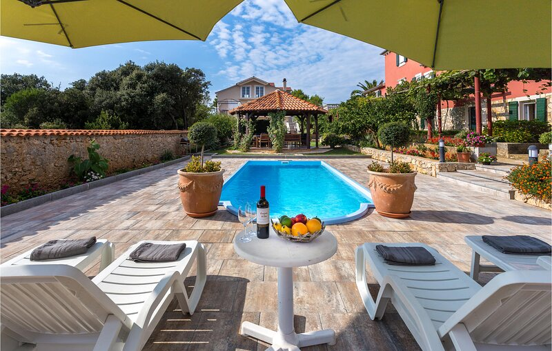 Awesome home in Ugljan with Outdoor swimming pool, WiFi and 8 Bedrooms (CDU206), location de vacances à Veli Iz