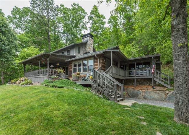 Chestnut House | Outdoor Firepit, Creek Access & Breathtaking Mountain Views!, casa vacanza a Canton