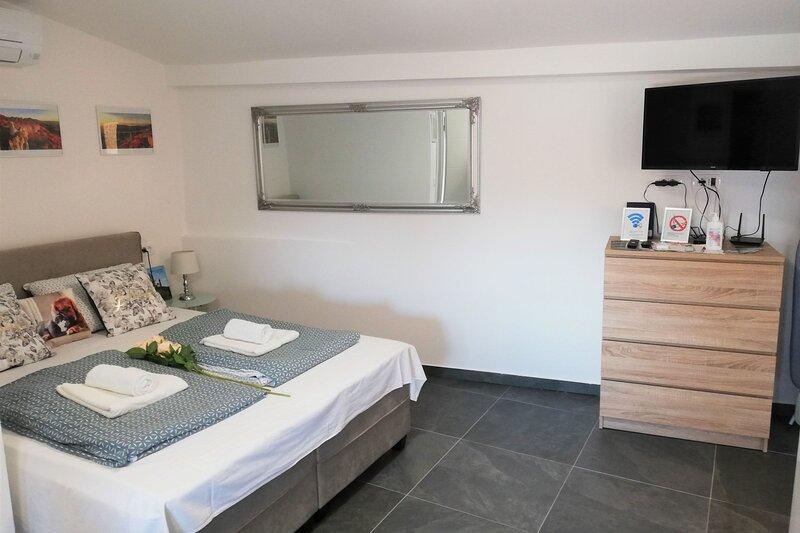 Honeymoon Suite Črni Kal, holiday rental in Crni Kal