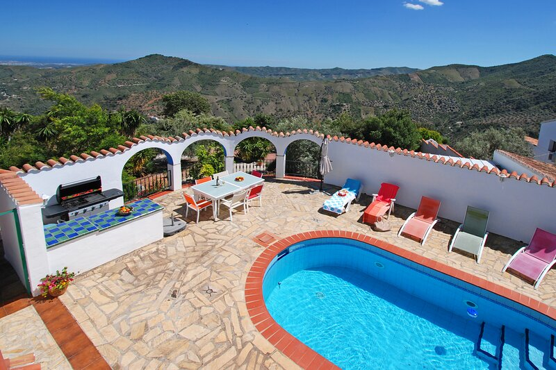 MAGNIFICENT VILLA (8 P)-POOL-JACUZZI-WIFI-TERRACES-GARDEN-VIEWS-BBQ-PETS, holiday rental in El Borge