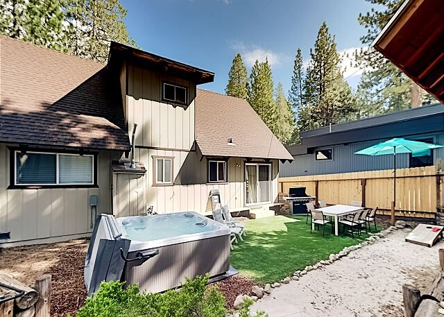 Lovely Chalet w/ Hot Tub - Near Heavenly, Walk to Shops & Trails, vacation rental in South Lake Tahoe