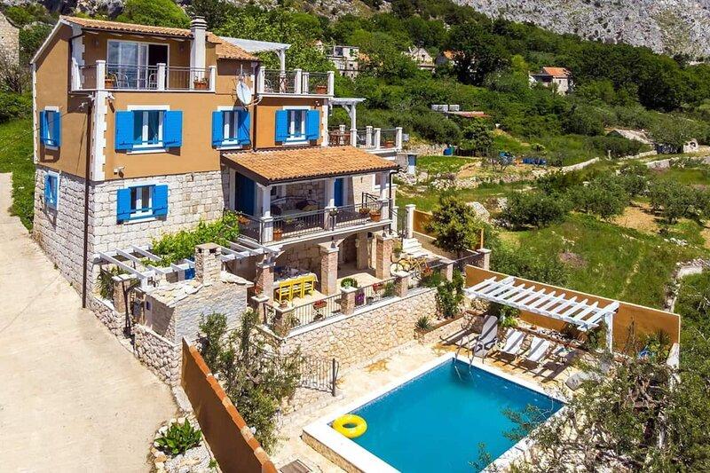 LUXE house wth pool, sauny, gym, alquiler de vacaciones en Jesenice