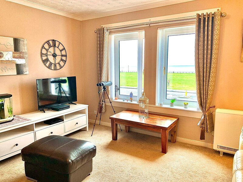 Delightful and comfortable apartment with magnificent sea views., holiday rental in North Ayrshire