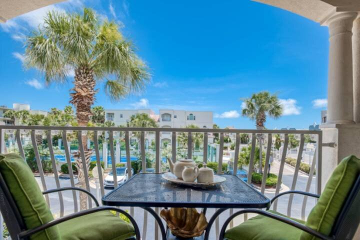 Breezy Beach Condo - Steps to Beach, Pool and Tennis, Fresh Decor, 7 miles to Ol, alquiler de vacaciones en Saint Augustine