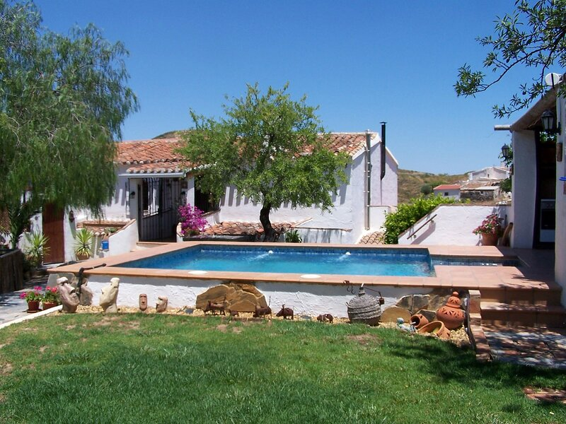 Renovated Cortijo with private pool, outside kitchen and mountain views, location de vacances à Albox