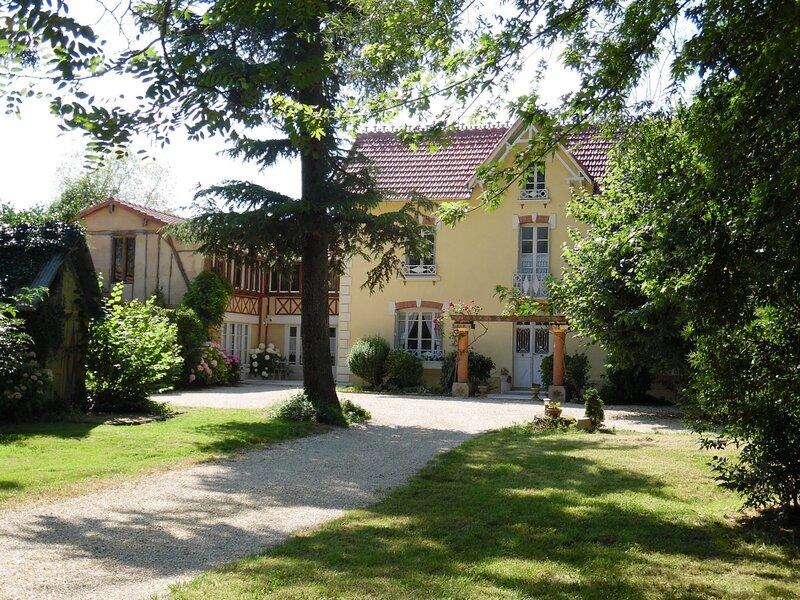 Domaine la jam, ici c'est l'exception qui fait le lieu, aux portes de la bastide, holiday rental in Saint-Christaud