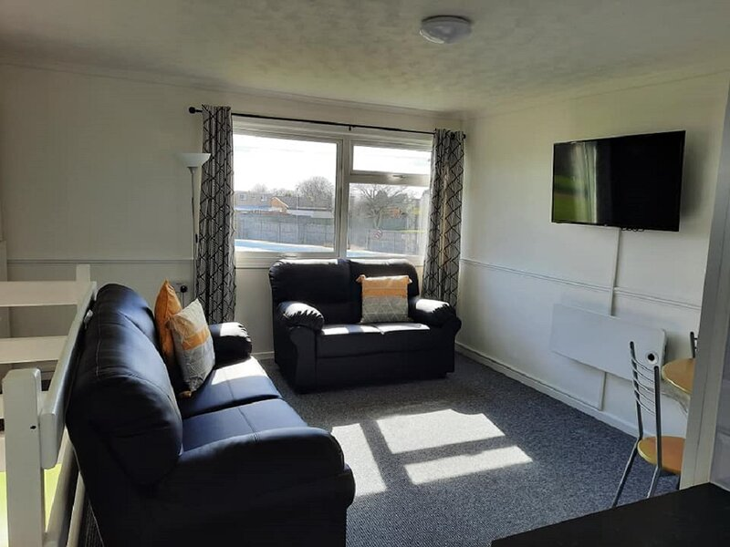 Superior Chalet on quiet site walk short to beach, near Gt Yarmouth & Broads, holiday rental in Ormesby St. Margaret