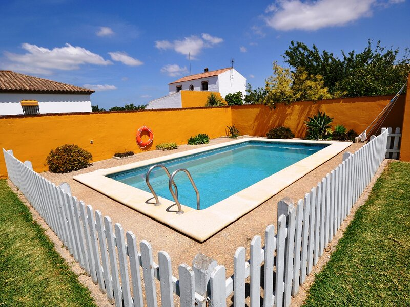 Villa with private pool and garden only family A, holiday rental in Barrio Nuevo