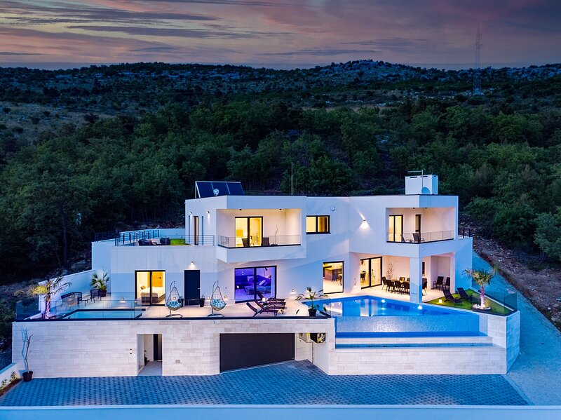NEW! Villa Top Hill with heated swimming pool, 5 en-suite bedrooms, a Media room, holiday rental in Donji Dolac