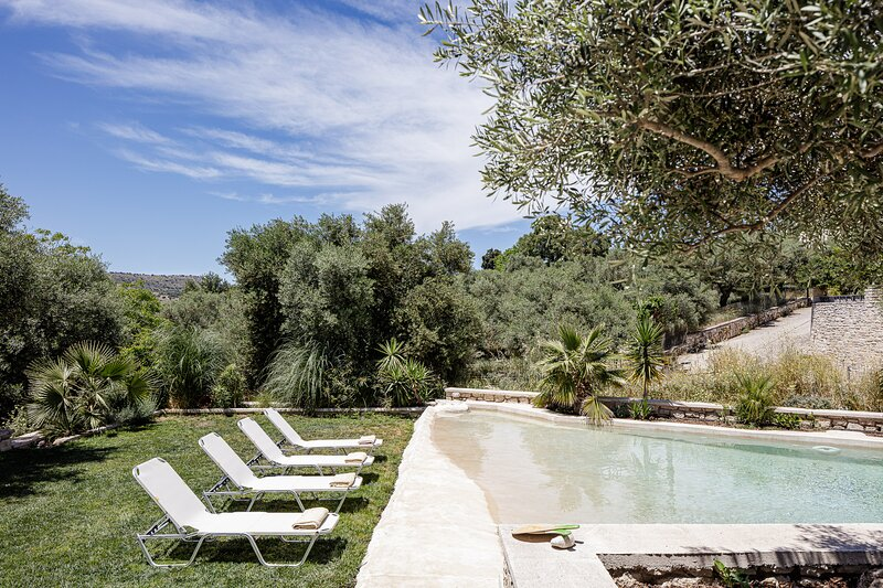 Villa Resperi - Countryside villa with hot tub and 2 pools!, vakantiewoning in Roustika