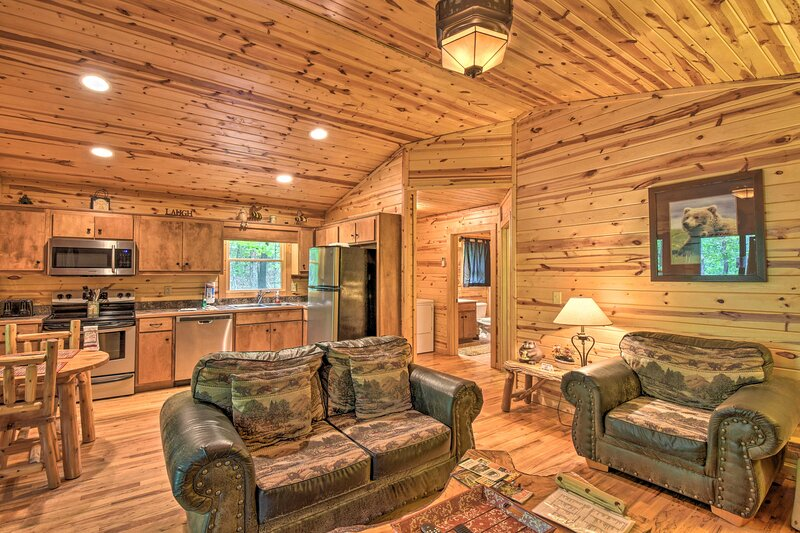 NEW! 'The HoneyBee' Cabin: Private Porch & Hot Tub, vacation rental in Clarkesville