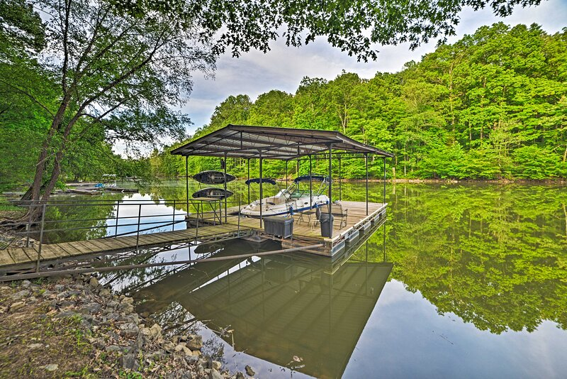 NEW! Lake Barkley House w/ Dock, Kayaks, Fire Pit!, holiday rental in Golden Pond