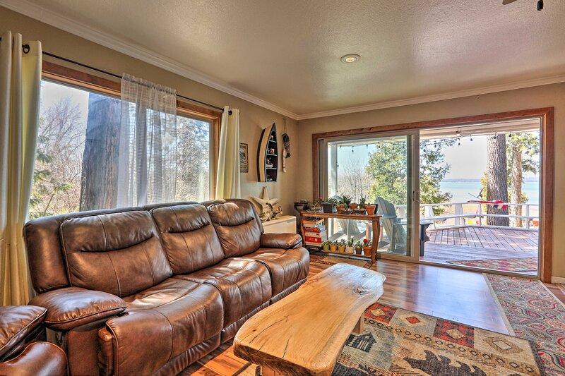 NEW! Authentic Waterfront Escape on Lake Almanor!, casa vacanza a Hamilton Branch