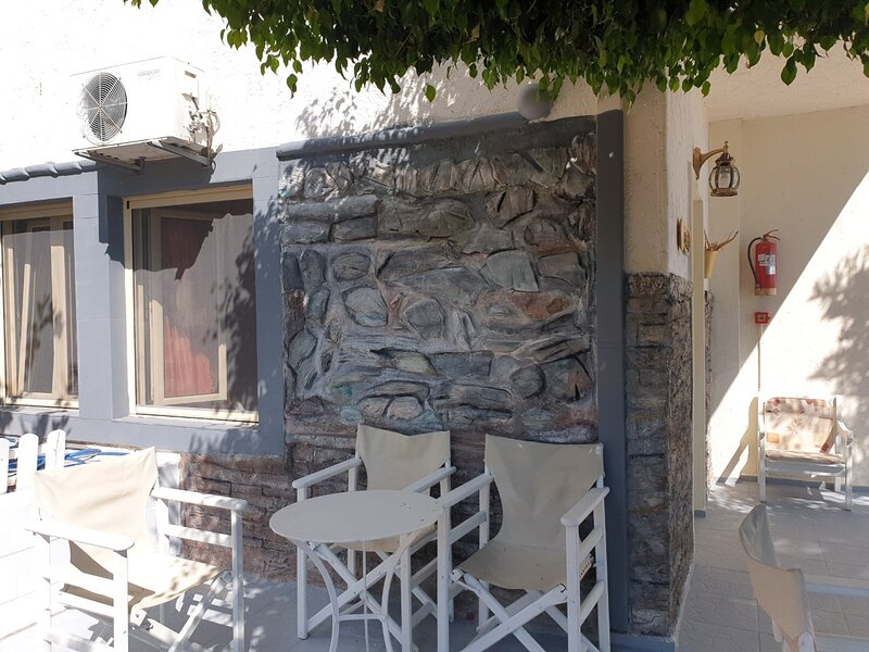 Art Deco Apartment and Studio next to each other for 7 people, vacation rental in Piskopiano