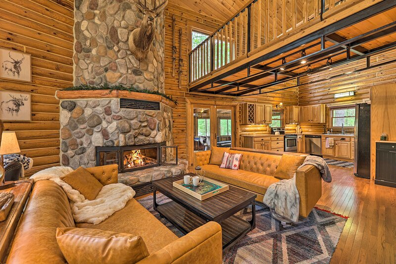 Luxe Riverfront Lodge by Wineries & Winter Sports!, casa vacanza a Kalkaska County