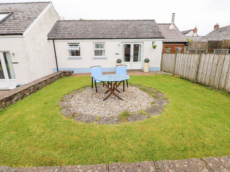 TY GLAS, semi-detached cottage, all ground floor, en-suite, garden, near, holiday rental in Canaston Wood
