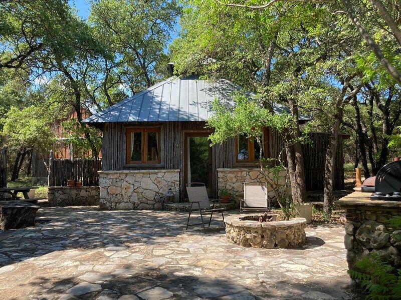 Texas Hill Country Rock Cabin, alquiler vacacional en Round Mountain