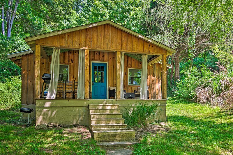 Cozy & Charming Asheville Cabin: 5 Mi to Downtown!, aluguéis de temporada em Alexander