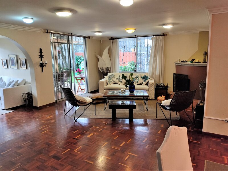 LARGE APARTMENT IDEAL FOR FAMILIES , BIG PRIVATE BACKYARD , IN THE CITY !, casa vacanza a Quito