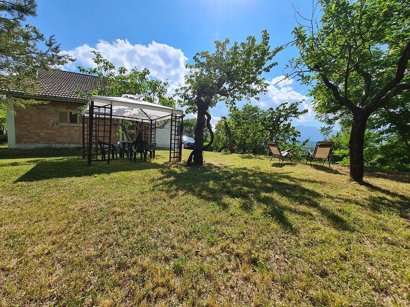 VILLA SERRA vista Vettore e Sibilla posizione strategica nel Parco dei Sibillini, holiday rental in Mozzano