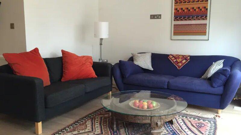 Large garden flat, 2 en-suite double rooms, aluguéis de temporada em Richmond-upon-Thames