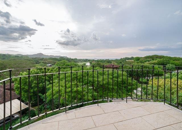 Luxury 3 Br condo, ocean views in Reserva Conchal Carao T3-5, alquiler de vacaciones en Huacas