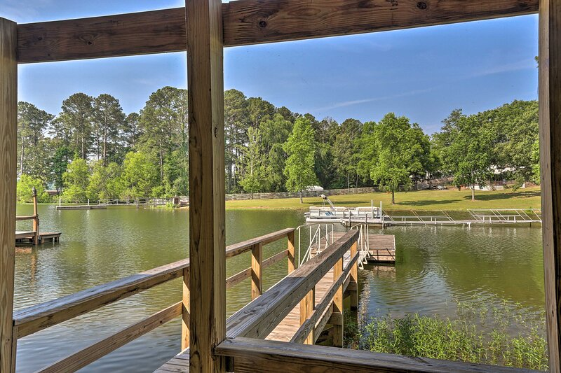 NEW! Pet-Friendly Lakehouse: View Tower + Fire Pit, holiday rental in Prosperity