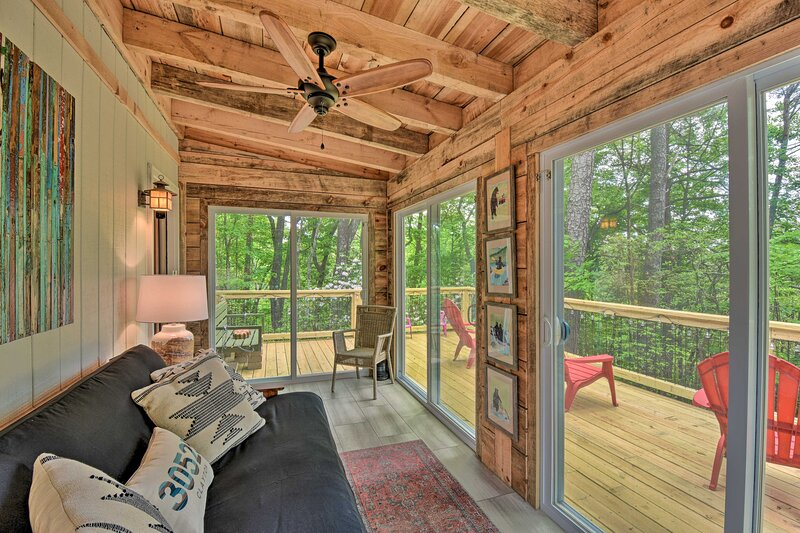 NEW! Classy Clayton Home w/ Views: < 1 Mi to Dtwn!, holiday rental in Tallulah Falls