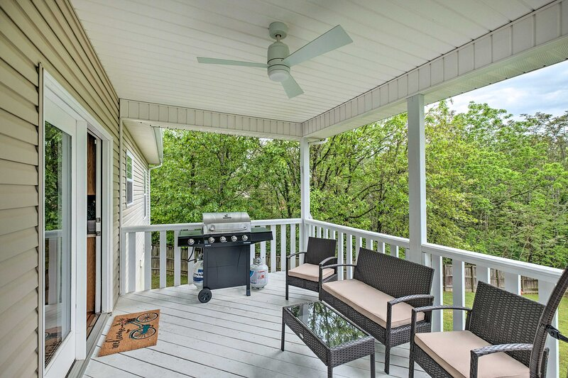 NEW Bright Bella Vista Home w/Yard: .4Mi to Trails, holiday rental in Bella Vista