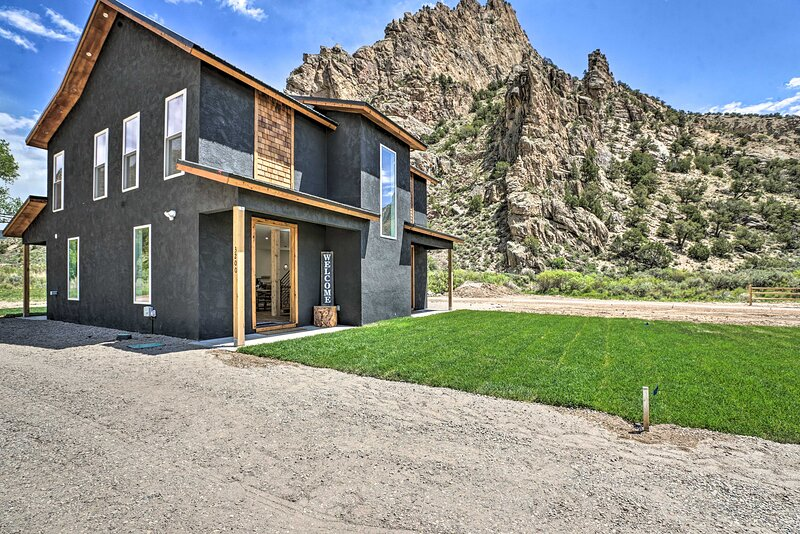 NEW! Chic Mountain Escape < 7 Mi to Rifle Falls!, holiday rental in New Castle