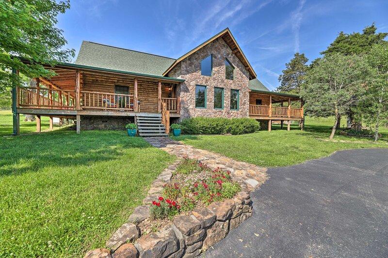 NEW! Eureka Springs Area Cabin w/ Deck + 7 Acres!, Ferienwohnung in Golden