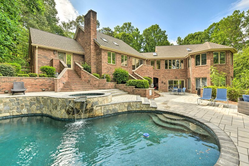 NEW! Luxe Mooresville Manor w/ Pool & Lake Access!, holiday rental in Lake Norman