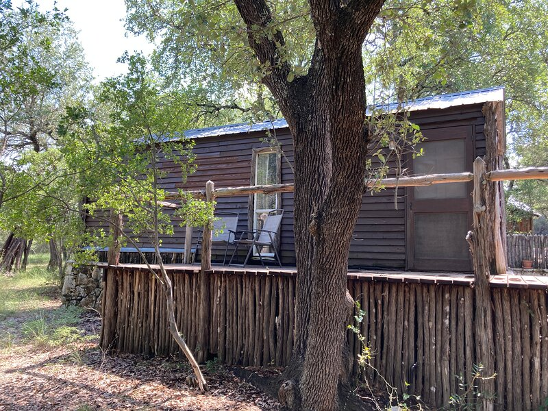 Texas Hill Country Cedar Cabin, alquiler vacacional en Round Mountain