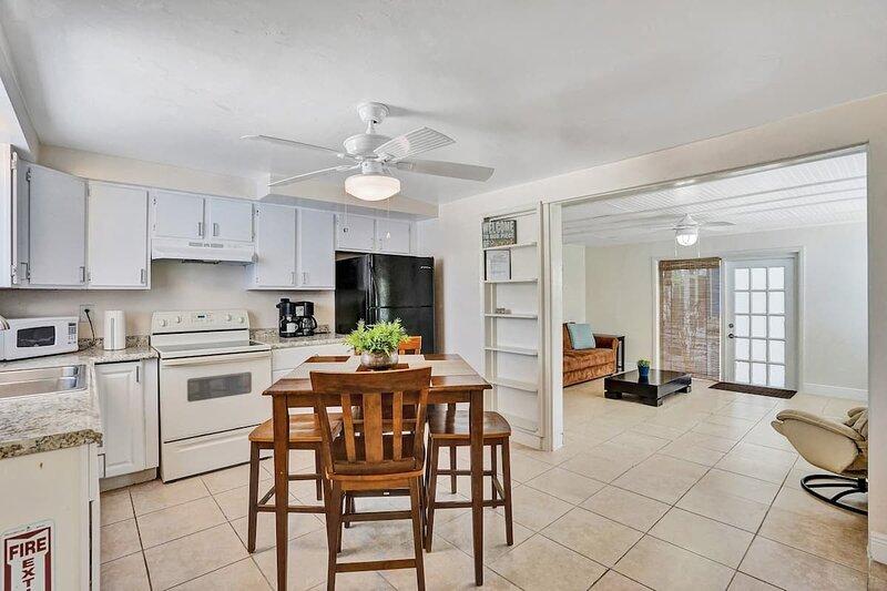 PRIVATE COTTAGE - The Blue House, Guesthouse, aluguéis de temporada em Fort Lauderdale