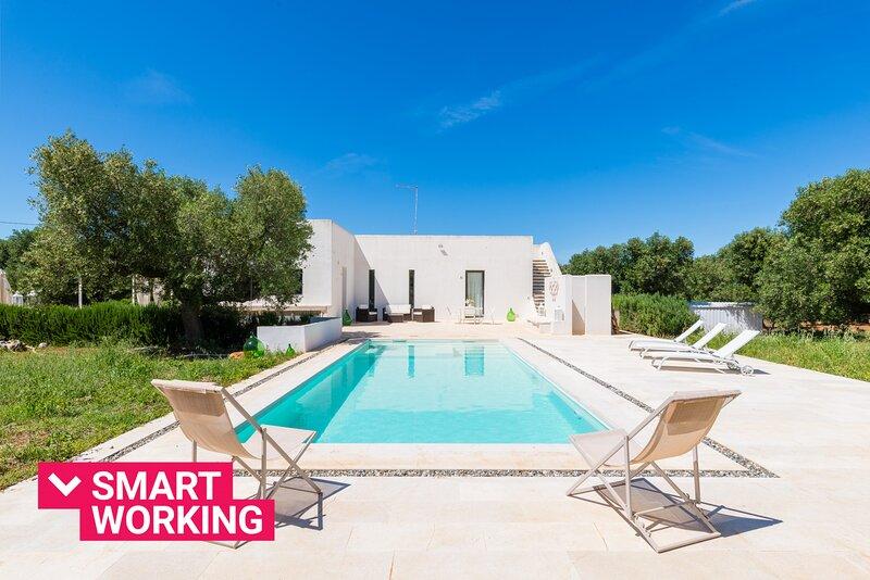 Villa Aura d'Olivo con piscina, holiday rental in Carovigno