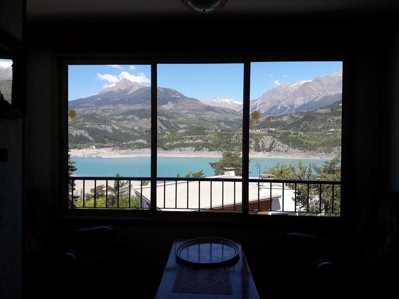 Appartement 4/6 personnes cœur de Village, vue imprenable sur le lac, proche, holiday rental in Puy-Sanieres