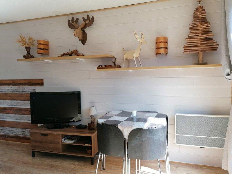 Très agréable studio avec grand balcon et belle vue sur les montagnes, proche, aluguéis de temporada em Uvernet-Fours