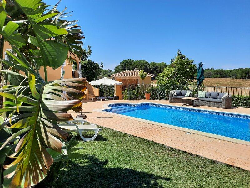 CASA DO CEDRO (POOL HEAT. AVAILB.) 5 MIN. DRIVE TO MARINA, vacation rental in Faro District