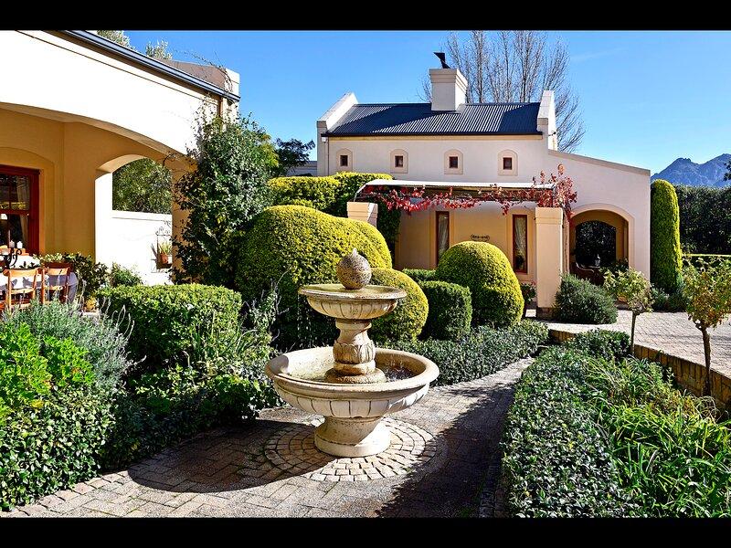 Petit Plaisir is a romantic self-catering cottage on the side of the village, location de vacances à Franschhoek