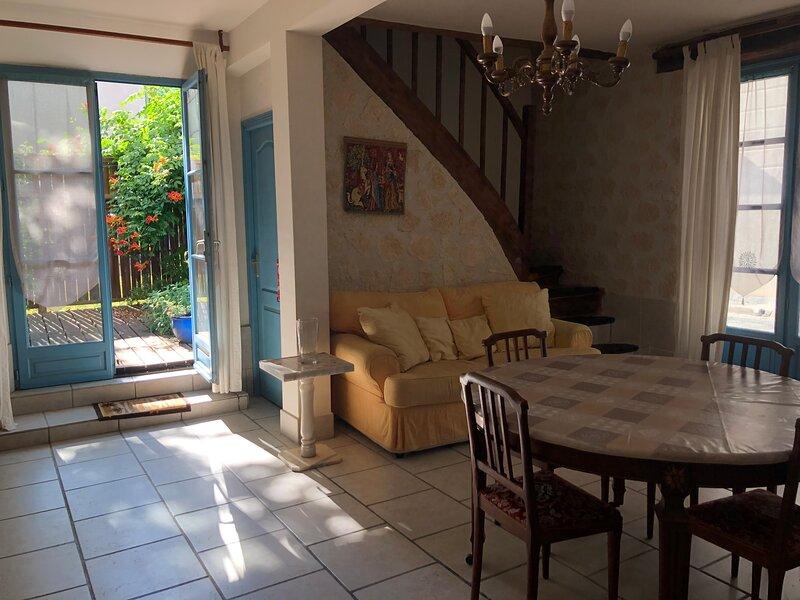 Cosy and spacious house with courtyard, alquiler vacacional en Agnac
